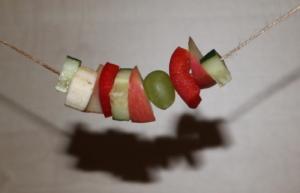 Ernährung als Beschäftigung - Obst auf der Schnur